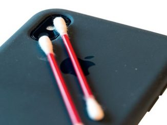 Очищаємо лінзу камери смартфона айфон ватні палочки iphone