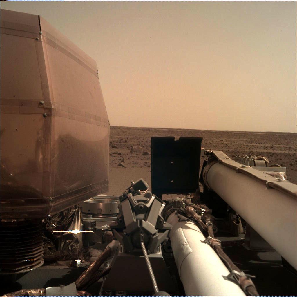Зонд InSight розгорнув сонячні батареї і надіслав своє Селфі