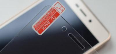 Що робити, якщо відклеюється захисне скло на телефоні?