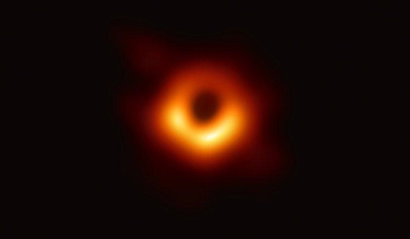 Європейські астрономи показали перший в історії знімок чорної діри