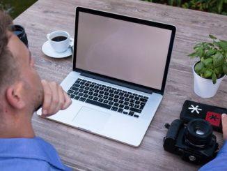 Не працює мікрофон ноутбук чоловік фотоапарат кава вазон стіл робота вебмінар відеочат