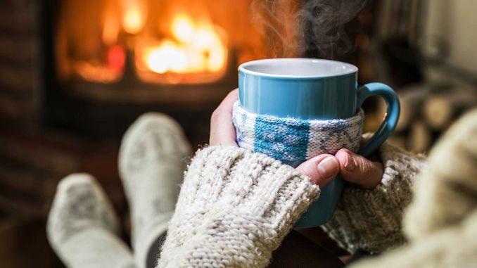 Ідеї, як провести січневий локдаун з користю вогонь камін затишок чай кава камін вечір дім