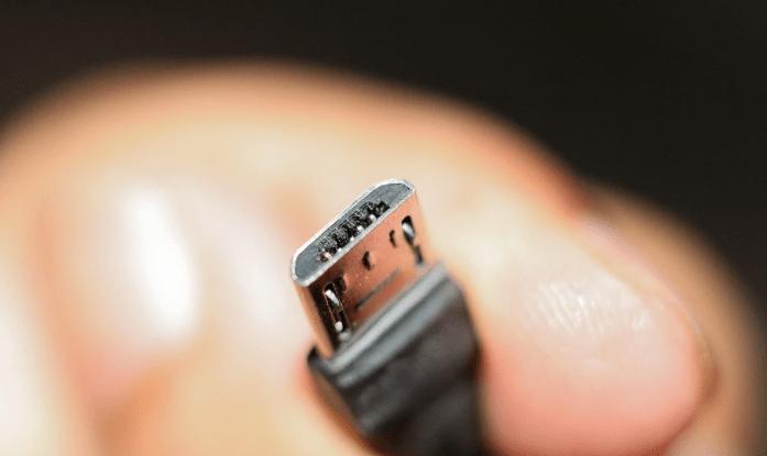 Чому смартфон довго заряджається: 8 найпопулярніших причин